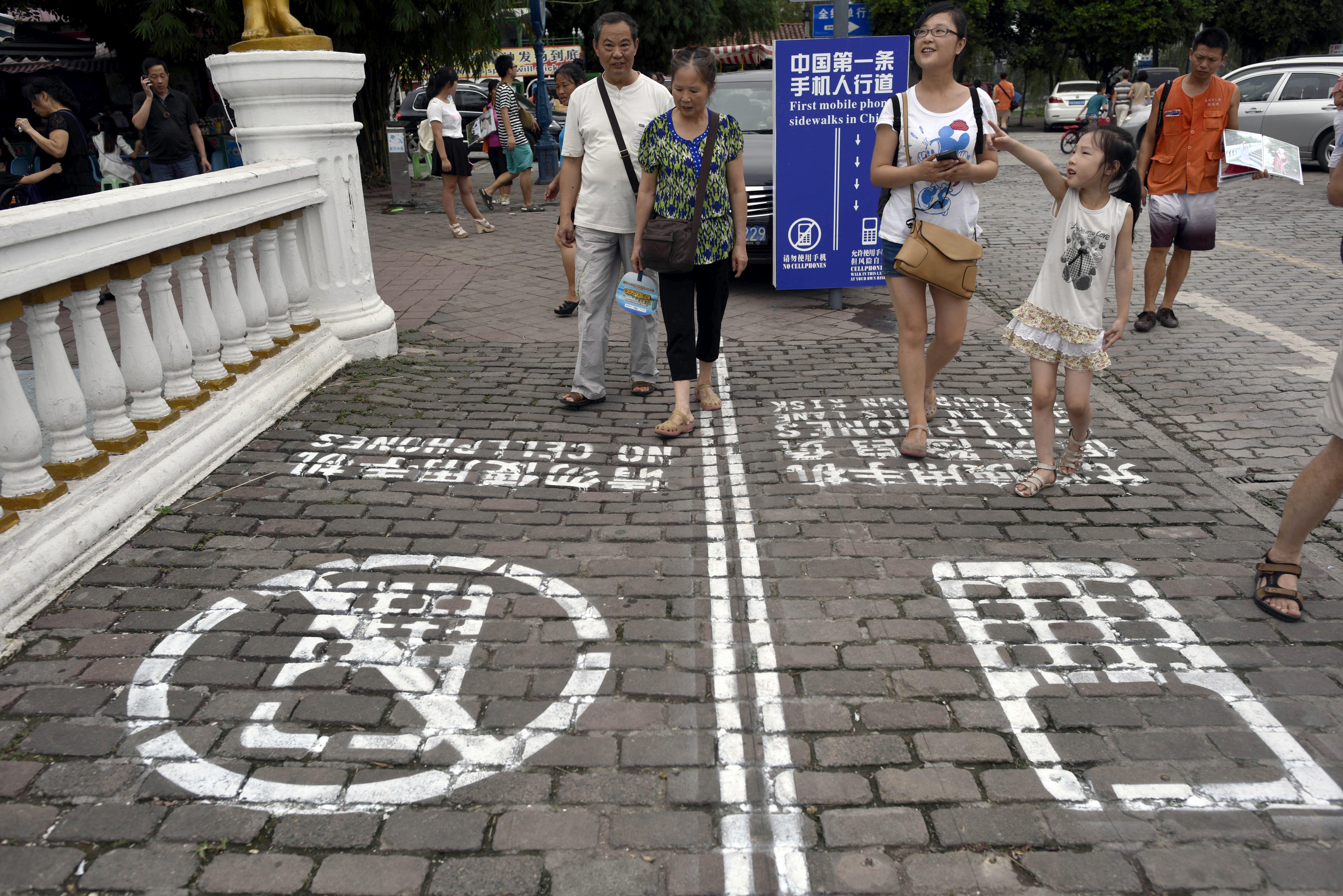 chongqing-en-chine-le-trottoir-a-ete-d_08604ebae33055f6ec0f2fda2068825e